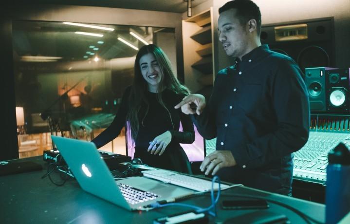 Joan Thiele al lavoro con Chris Tabron nei Red Bull Studios di NY