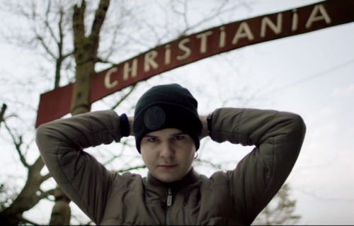 "Lukas Graham posa davanti all'ingresso del quartiere di Copenhagen dove è nato, ""Christiania"""