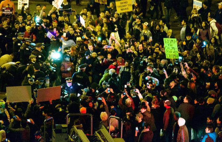 Gli scontri fuori dal comizio mai avvenuto di Trump. Foto: nathanmac87 via Flickr