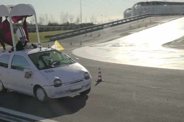 Guido Meda testa la Papamobile, alla giuda il pilota ufficiale di Top Gear: Stig