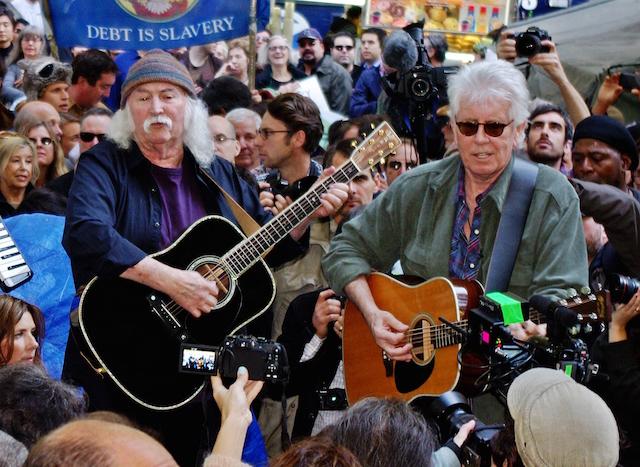 David Crosby e Graham Nash suonano alla manifestazione Occupy Wall Street nel 2011