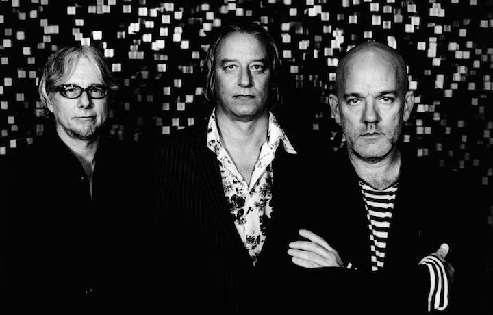 I R.E.M. si sono sciolti nel 2011. Peter Buck è al centro, tra Mike Mills e Michael Stipe