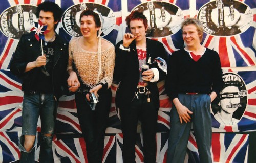 Johnny Rotten, Steve Jones, Paul Cook e Sid Vicious sono i Sex Pistols
