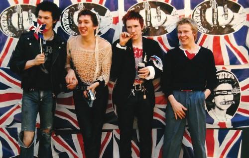 Johnny Rotten, Steve Jones, Paul Cook e Sid Vicious sono i Sex Pistols