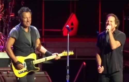 Bruce Springsteen e Eddie Vedder sul palco della Key Arena, Seattle