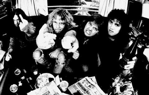 """Una foto del booklet di """"Master of Puppets"""" dei Metallica"""
