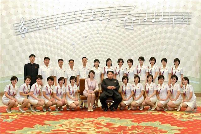 Le Moranbong insieme a Kim Jong-un e la moglie Ri Sol-ju. Foto EPA/Rodong Sinmun
