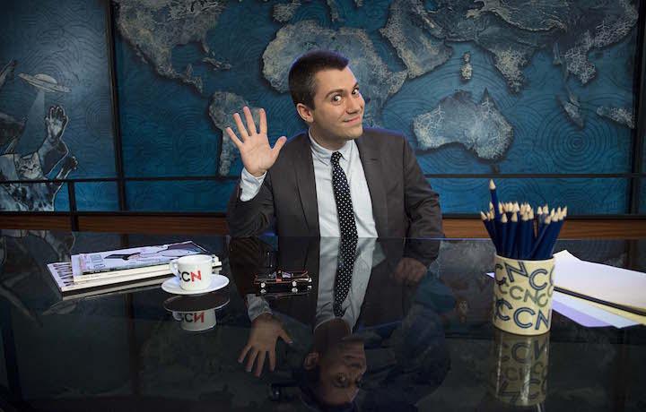 Saverio Raimondo alla scrivania del programma CCN