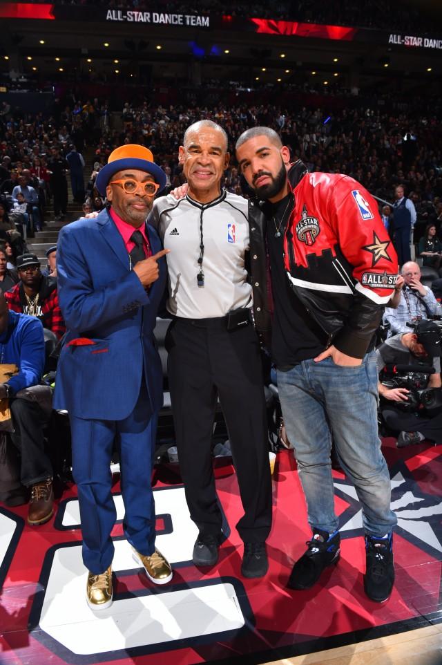 Spike Lee  e Drake insieme all'arbitro Dan Crawford - Foto di Jesse D. Garrabrant/NBAE via Getty Images
