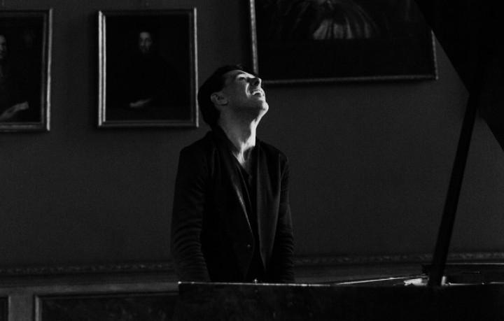 """Ezio Bosso, che vive a Londra da 11 anni, al pianoforte dentro a Palazzo Barolo, la """"stanza"""" torinese in cui studia, prova, compone e organizza """"maratone musicali"""" quando è in Italia - Mattia Balsamini/Luz Photo"""
