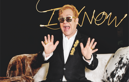Dopo una vita a pensare di essere «troppo egoista» per avere figli, ora Elton John è felice di averne due con il marito David Furnish. Foto: Sam Taylor-Johnson