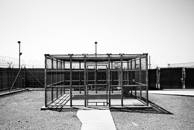 Il cortile di Camp 4, all'interno del complesso di Guantanamo. Foto Paolo Pellegrin/ Magnum/ contrasto
