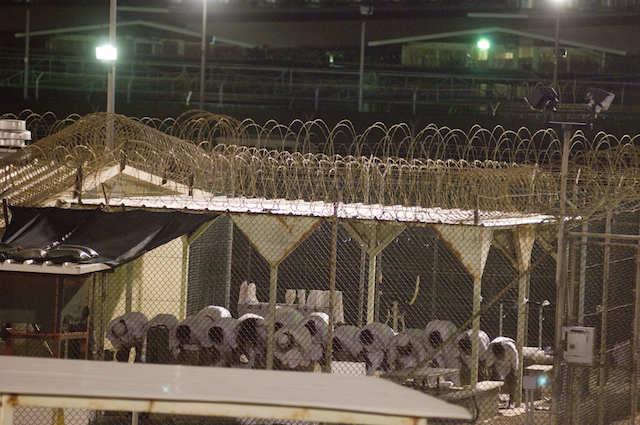 Detenuti di Guantanamo nel Camp 4 durante la preghiera del mattino. Foto Louie Palu/ZUMA Press