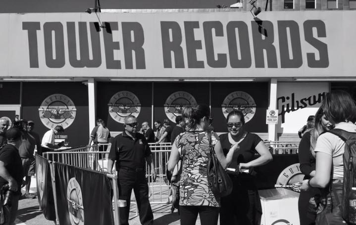 I biglietti per il concerto dei Guns N' Roses sono stati messi in vendita poche ore prima nel negozio Gibson di Sunset Blv, Los Angeles, un tempo sede della Tower Records