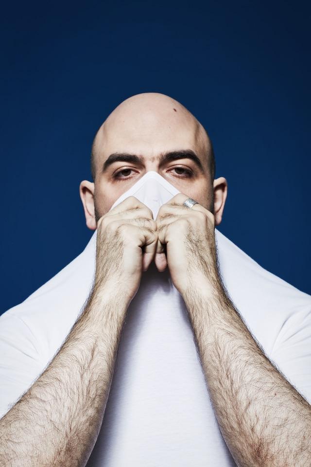 Roberto Saviano fotografato da Mattia Zoppellaro, maglietta Calvin Klein