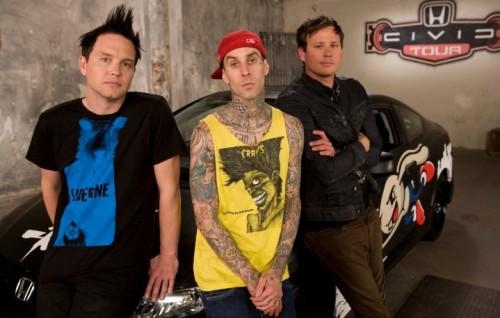 Mark Hoppus, Travis Barker e Tom DeLonge in uno scatto del 2011. Foto: Facebook