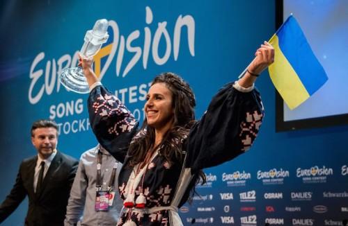 Jamala con il premio dell'Eurovision Song Contest e la bandiera ucraina, foto Anna Vellkova via http://www.eurovision.tv/page/multimedia/photos?gal=225703