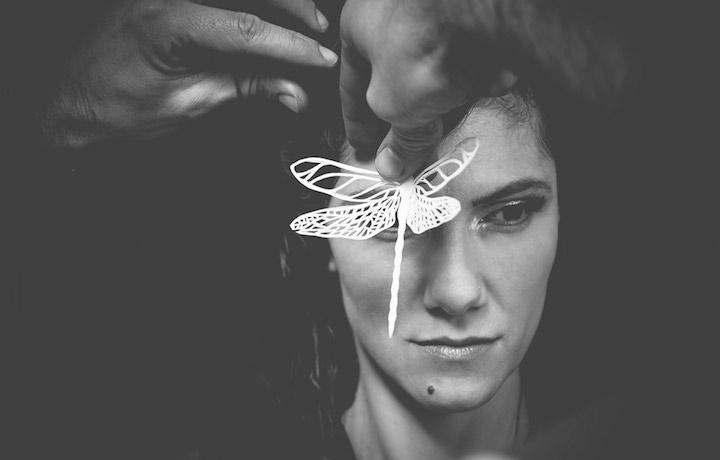 Elisa con una piccola libellula creata da Elena Borghi. Foto: Francesco Andriolo