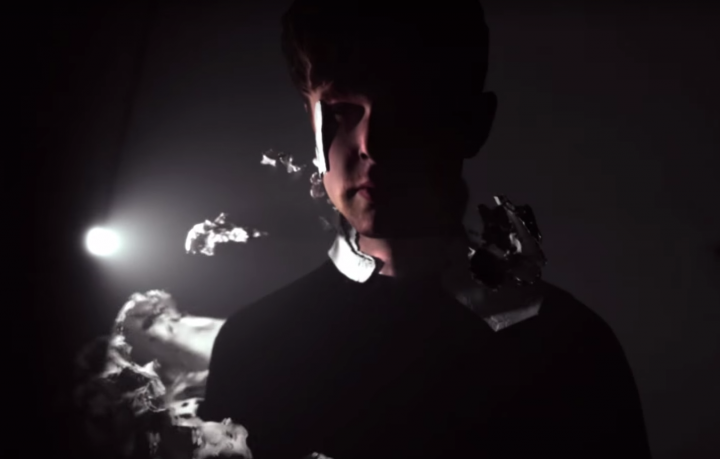 Un frame del nuovo video di James Blake