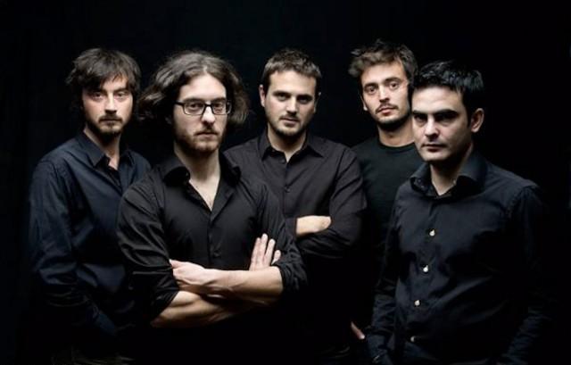 I Mokadelic sono Alessio Mecozzi (chitarra, synth), Cristian Marras (basso, synth), Alberto Broccatelli (batteria), Maurizio Mazzenga (chitarra) e Luca Novelli (piano, chitarra) - Foto di Stefano Iachetti