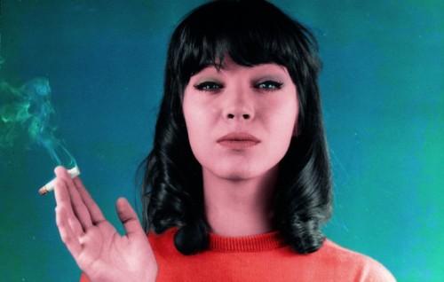 """Hanna Karin Blarke Bayer ribattezzata da Coco Chanel Anna Karina (oggi 75 anni), in una foto dal film """"Bande à part"""" di Jean-Luc Godard del 1964"""
