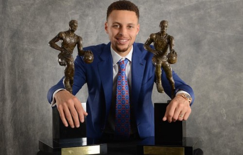 Stephen Curry con i suoi due trofei di MVP. Foto: NBA