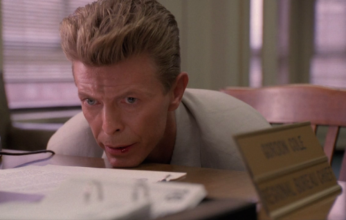 """David Bowie in una scena di """"Fuoco Cammina con Me"""""""