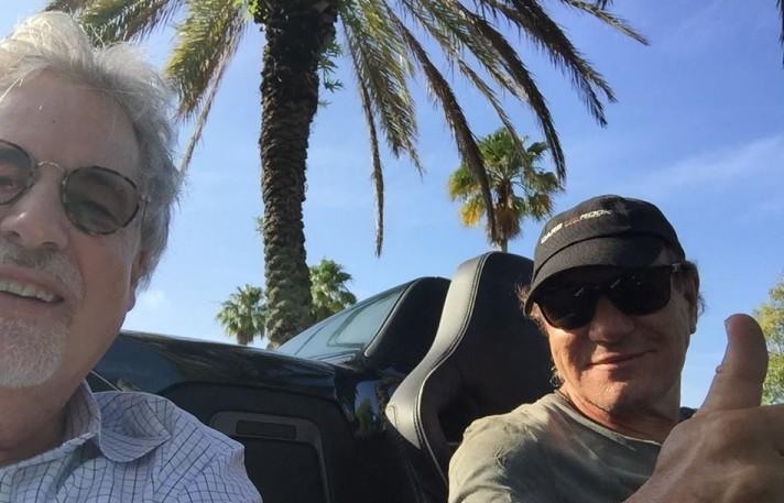 Il selfie di Brian Johnson con i Dr. Stephen Ambrose - Foto via Facebook