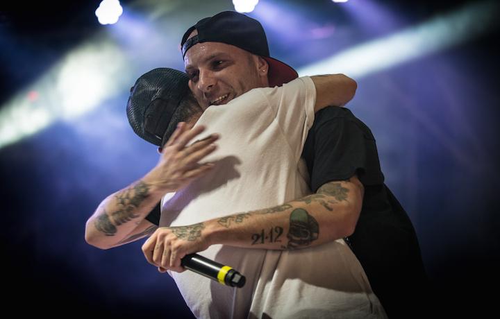 Clementino mentre abbraccia Salmo sul palco del Market Sound. Foto: Francesco Prandoni