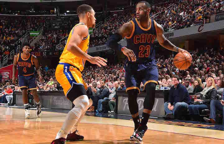 La sfida tra LeBron e Curry ha avuto un finale diverso quest'anno. Foto: Jesse D. Garrabrant/NBAE via Getty Images
