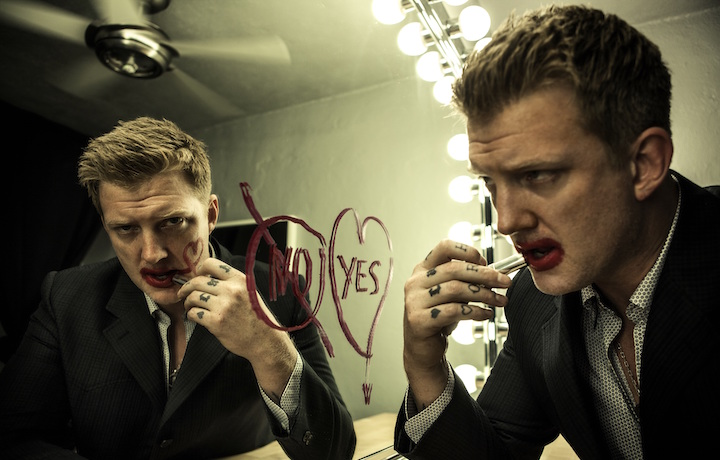 Josh Homme è nato il 17 maggio 1973. Fa parte dei Queens of the Stone Age, dei Them Crooked Vultures e degli Eagles of Death Metal. Foto: Chapman Baehler