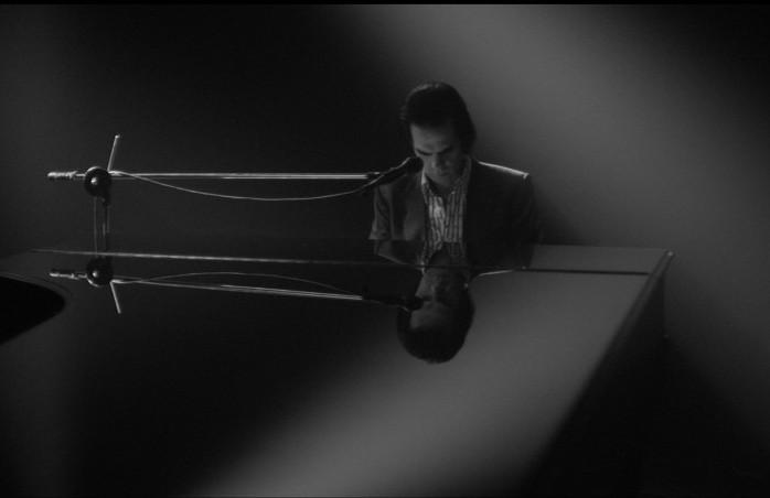 """Un frame di """"One More Time With Feeling"""", inizialmente pensato da Nick Cave & the Bad Seeds come un film live e in uscita l'8 settembre 2016 ad anticipare il nuovo disco """"Skeleton Tree"""""""