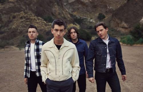 Il disco degli Arctic Monkeys inizia con una dedica agli Strokes