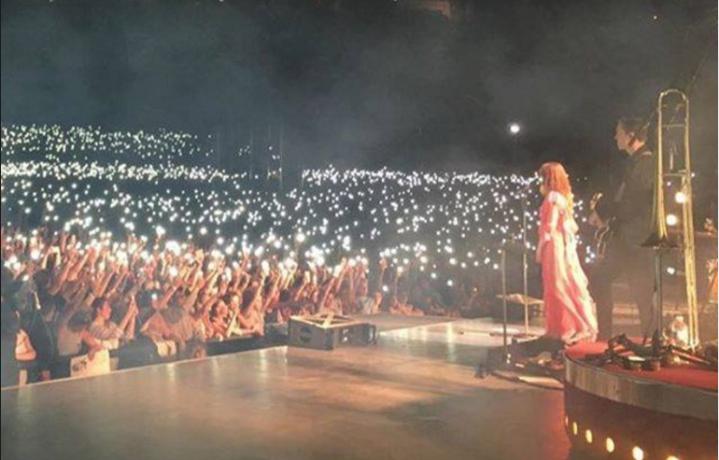 Migliaia di accendini e cellulari al cielo durante il concerto di Florence Welch. Fonte: Twitter