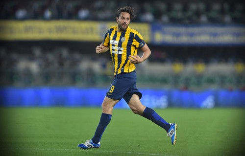 Luca Toni con la maglia del Verona, l'ultima vestita nella sua carriera