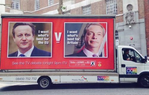 Manifesto pro-leave durante la campagna per il referendum Brexit. A sinistra David Cameron, a destra Nigel Farage