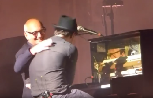 Ludovico Einaudi e i Mumford and sons sul palco dell'Assago Summer Arena