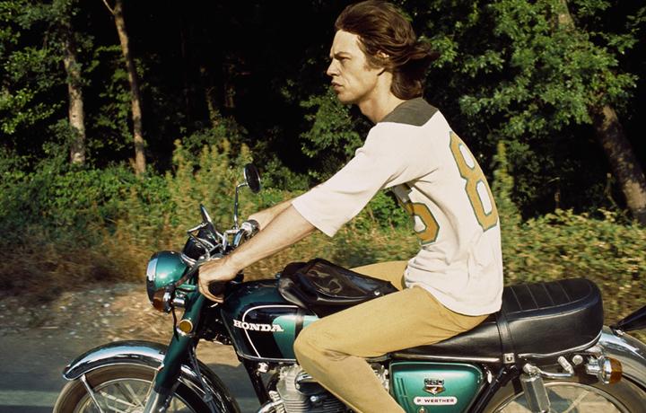 """""""Jagger voleva una Harley, ma non era riuscito a trovarla. Così si era dovuto accontentare di una Honda"""". Foto Dominique Tarlé"""