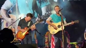 Michael J. Fox sale sul palco per suonare con i Coldplay