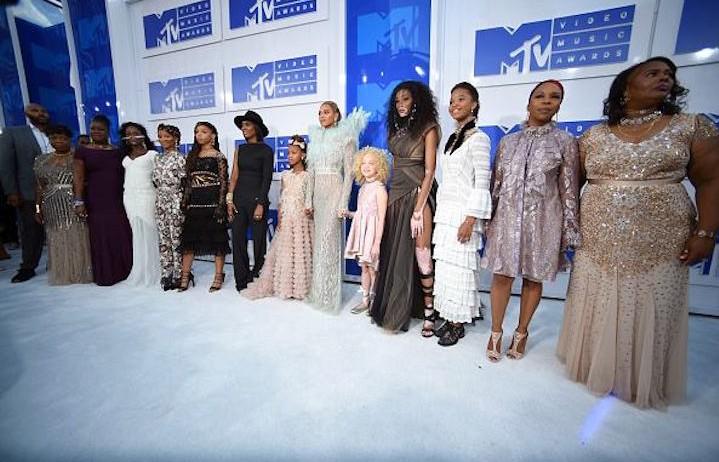 Beyoncé e il suo squad - Foto via Facebook
