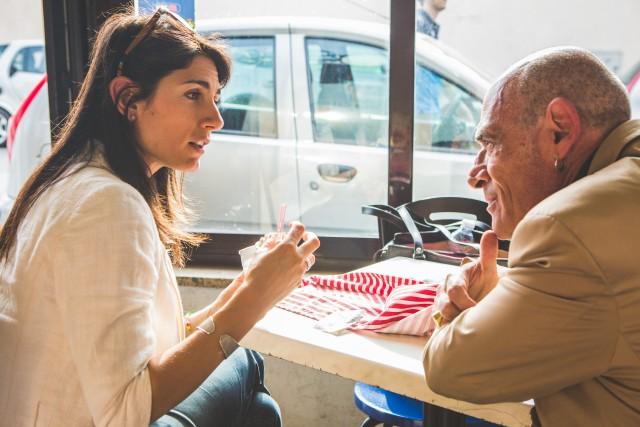 Virginia Raggi con il giornalista Andrea Colombo, foto di Kimberley Ross