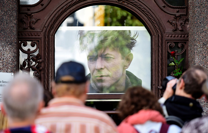 Dalla cerimonia di inaugurazione della targa dedicata alla memoria di David Bowie a Berlino - Foto TOBIAS SCHWARZ/AFP/Getty Images