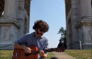 """Dente suonerà la nuova canzone """"Curriculum"""" in giro per Milano fino alla mezzanotte di oggi"""