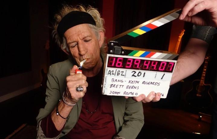 """Keith Richards, 72 anni, durante le registrazioni di una delle """"Ask Keith"""" online sul suo canale Youtube - Foto via Facebook"""