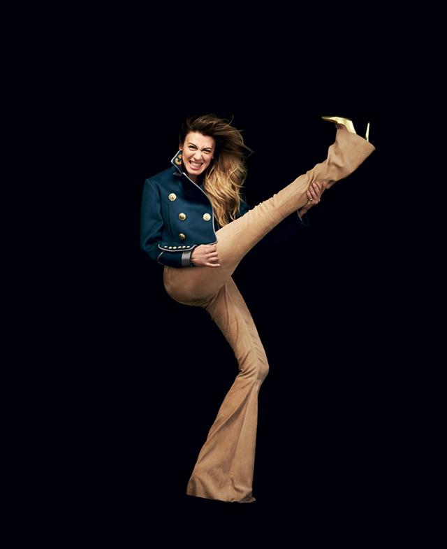 Virginia Raffaele fotografata da Giovanni Gastel per Rolling Stone. Giacca DSQUARED2, pantaloni DROMe, décolleté TRUSSARDI.