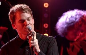 Michael C. Hall omaggia David Bowie cantando 'Lazarus'