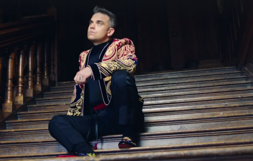 "Robbie Williams in un frame del nuovo video di ""Party Like A Russian"""