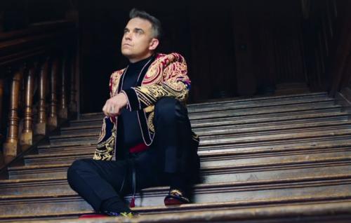 """Robbie Williams in un frame del nuovo video di """"Party Like A Russian"""""""