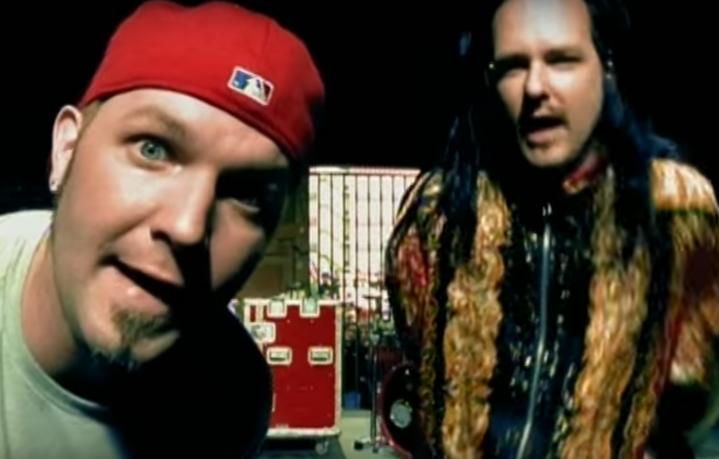 "Fred Durst e Jonathan Davies nel video di ""Break Stuff"" dei Limp Bizkit"