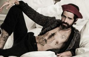 Devendra, 35 anni - Foto: Paolo Leone - Style: Pina Gandolfi - Cardigan e pantaloni Missoni e cappello Borsalino